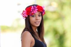 Porträt einer schönen afrikanischen jungen Frau draußen stockfotografie