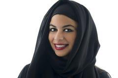 Porträt einer schönen arabischen Frau, die Hijab trägt, stockbild