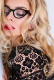 Porträt einer schönen blonden Frau mit grünen Augen der erstaunlichen Katze von süßen roten Lippen Lizenzfreies Stockfoto
