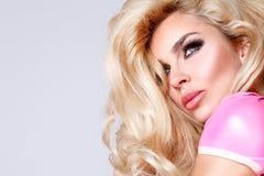 Porträt einer schönen blonden Frau mit grünen Augen der erstaunlichen Katze von süßen roten Lippen Lizenzfreie Stockfotografie