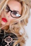 Porträt einer schönen blonden Frau mit grünen Augen der erstaunlichen Katze von süßen roten Lippen Stockbild