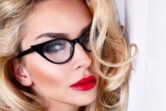 Porträt einer schönen blonden Frau mit grünen Augen der erstaunlichen Katze von süßen roten Lippen Stockfotografie