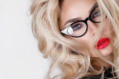 Porträt einer schönen blonden Frau mit grünen Augen der erstaunlichen Katze von süßen roten Lippen Lizenzfreie Stockfotos
