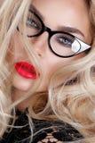 Porträt einer schönen blonden Frau mit grünen Augen der erstaunlichen Katze von süßen roten Lippen Lizenzfreies Stockbild