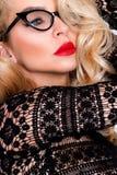 Porträt einer schönen blonden Frau mit grünen Augen der erstaunlichen Katze von süßen roten Lippen in einer sinnlichen Frisur Lizenzfreies Stockfoto