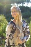 Porträt einer schönen Blondine draußen Stockfoto
