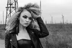 Porträt einer schönen Blondine in einer Lederjacke mit einem Make-up und einer Frisur Schönes und sexy Modell Schwarzweiss-Foto P Lizenzfreie Stockbilder