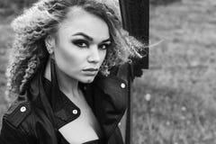 Porträt einer schönen Blondine in einer Lederjacke mit einem Make-up und einer Frisur Schönes und sexy Modell Schwarzweiss-Foto P Lizenzfreies Stockfoto
