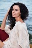 Porträt einer schönen braunhaarigen Frau auf dem Hintergrund des Meeres Lizenzfreie Stockbilder