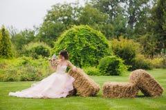 Porträt einer schönen Braut im Park Stockfotos