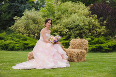 Porträt einer schönen Braut im Park Lizenzfreies Stockfoto