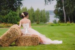 Porträt einer schönen Braut im Park Stockfoto