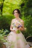 Porträt einer schönen Braut im Park Lizenzfreie Stockfotos