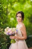 Porträt einer schönen Braut im Park Stockfotografie