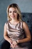 Porträt einer schönen Brunettefrau Stockfotografie