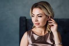 Porträt einer schönen Brunettefrau Lizenzfreies Stockfoto