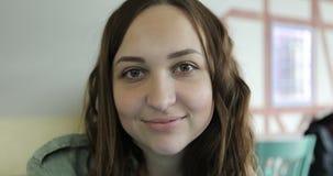 Porträt einer schönen Brunettefrau, welche die Kamera betrachtet stock footage