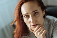 Porträt einer schönen durchdachten Frau Stockbilder