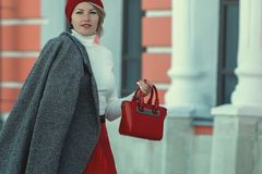 Porträt einer schönen eleganten Frau draußen lizenzfreies stockfoto