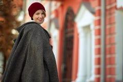 Porträt einer schönen eleganten Frau draußen lizenzfreie stockfotografie
