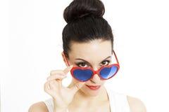 Porträt einer schönen Frau im Blau mit Innerem formte Gläser Stockbilder