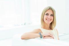 Porträt einer schönen Frau im Café Lizenzfreies Stockfoto