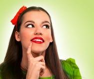 Porträt einer schönen Frau im grünen Denken lizenzfreies stockfoto