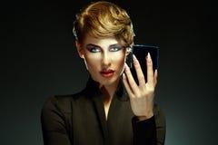 Porträt einer schönen Frau mit dem Überraschen bilden das Schauen in Stockbilder