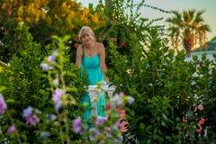 Porträt einer schönen Frau von mittlerem Alter mit einer schönen Zahl und große Brüste in einem schönen Sommer kleiden Stellung i lizenzfreie stockfotografie