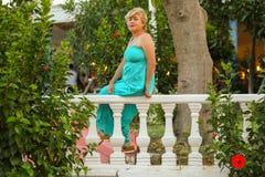 Porträt einer schönen Frau von mittlerem Alter mit einer schönen Zahl und große Brüste in einem schönen Sommer kleiden Stellung i stockfotos