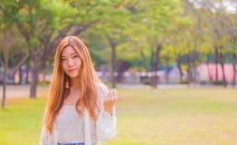 Porträt einer schönen jungen Asiatin im Freien stockbild