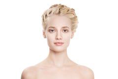 Porträt einer schönen jungen blonden Frau mit den Zopf-Kronen-Haaren Lizenzfreie Stockfotos