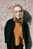 Porträt einer schönen jungen blonden Frau mit Gläsern in der Straße Lizenzfreie Stockfotos