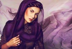 Porträt einer schönen jungen Frau stockbilder