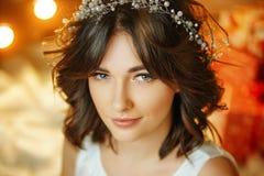 Porträt einer schönen jungen Frau auf dem Hintergrund von Lichtern, von schönem Make-up und von Anreden stockbilder