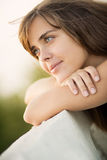 Porträt einer schönen jungen Frau in der Natur Stockfotos