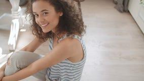 Porträt einer schönen jungen Frau, die an der Kamera in einer Küche lächelt stock video footage