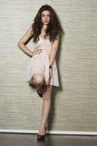 Porträt einer schönen jungen Frau, die gegen strukturierten Hintergrund steht Stockbilder