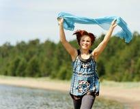 Porträt einer schönen jungen Frau draußen Lizenzfreie Stockfotos