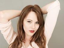 Porträt einer schönen jungen Frau durchdacht und entspannt mit lizenzfreie stockfotos
