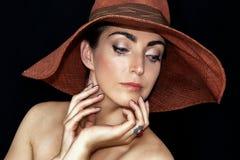 Porträt einer schönen jungen Frau in einem Hut stockbilder