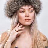 Porträt einer schönen jungen Frau in einem modischen Pelzhut headdress stockbild