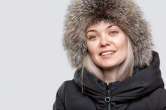 Porträt einer schönen jungen Frau in einem modischen Pelzhut headdress lizenzfreie stockfotos