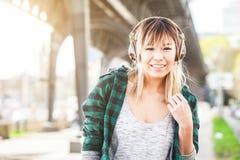 Porträt einer schönen jungen Frau in hörender Musik Hamburgs stockfoto