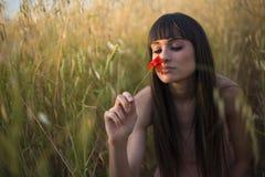 Porträt einer schönen jungen Frau im Freien im Sommer. Fängt PO auf lizenzfreies stockbild