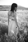 Porträt einer schönen jungen Frau im Freien im Sommer. Fängt PO auf stockbilder