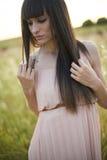 Porträt einer schönen jungen Frau im Freien im Sommer. Fängt PO auf stockfoto