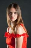 Porträt einer schönen jungen Frau im roten Kleid Stockfoto