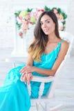 Porträt einer schönen jungen Frau mit Blumenhintergrund Stockfoto