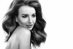 Porträt einer schönen jungen Frau mit dem ausgezeichneten buschigen Haar stockbild
